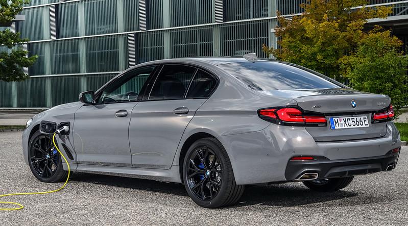 2021-BMW-545e-xDrive-PHEV-10