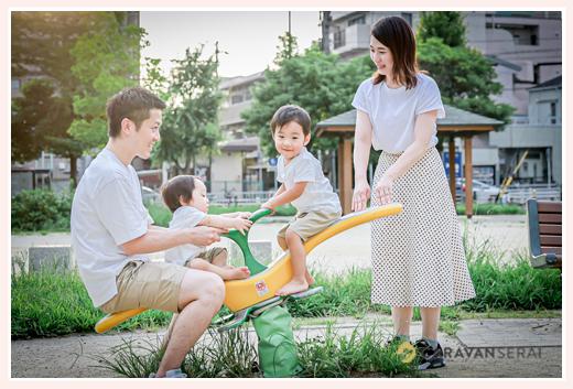 公園のシーソーで遊ぶ親子 川名公園(名古屋市昭和区)