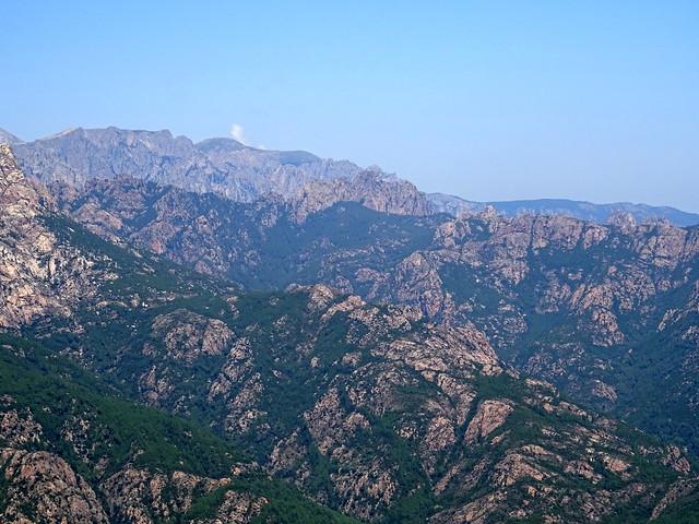 Vues des crêtes et ravins du Haut-Cavu depuis la piste supérieure de Luviu avec zoom sur la Punta Bunifazinca