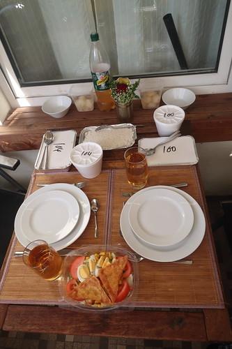 """Vom thailändischen Restaurant """"Sawadee"""" geholtes Abendessen auf unserem Balkon"""