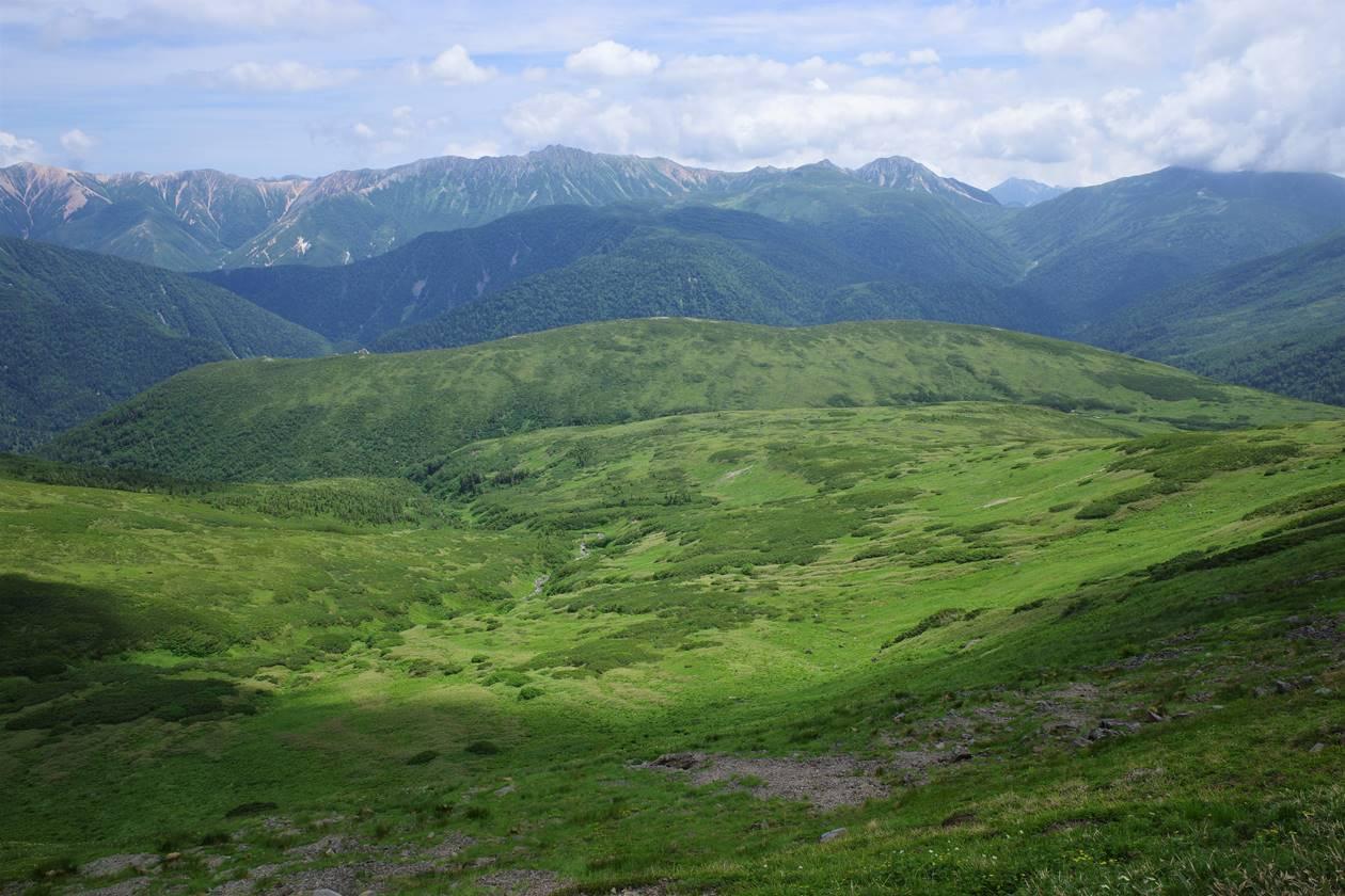 広大な湿原と水晶岳、鷲羽岳の展望