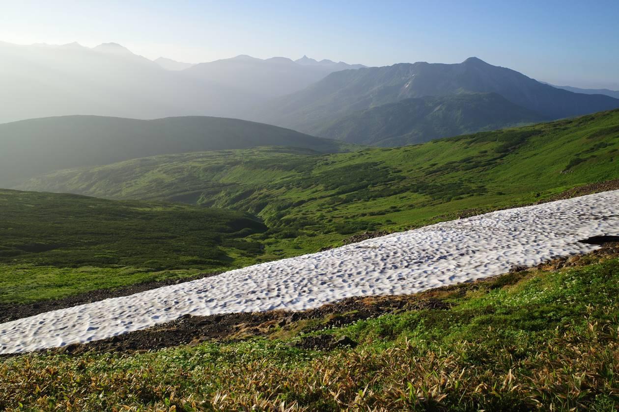 北ノ俣岳の残雪と黒部五郎岳