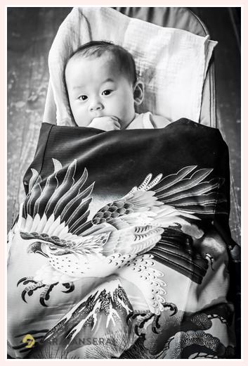 夏のお宮参り モノクロ写真 100日の男の子赤ちゃん