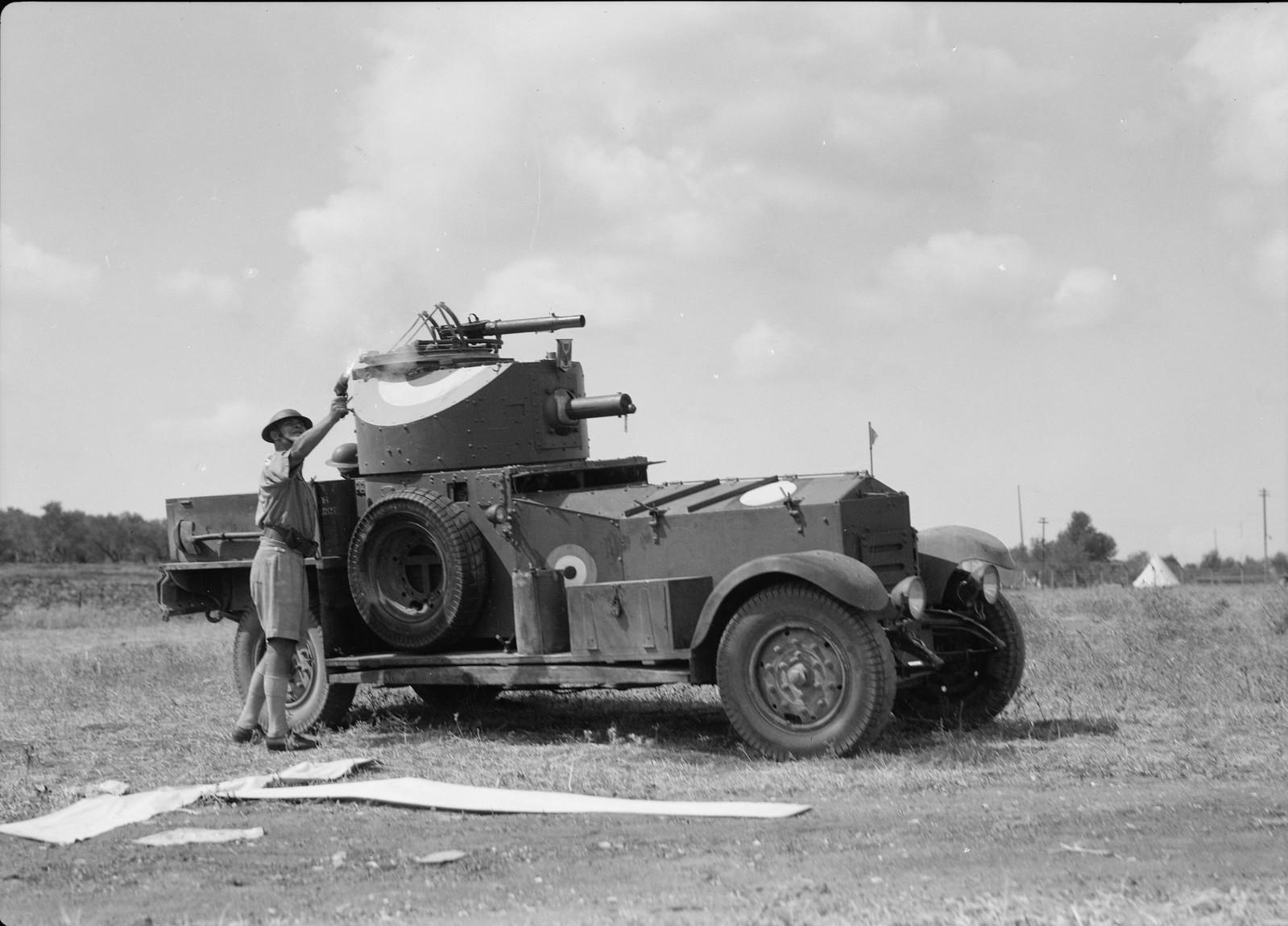 11. Офицер возле бронетранспортера запускает осветительную ракету
