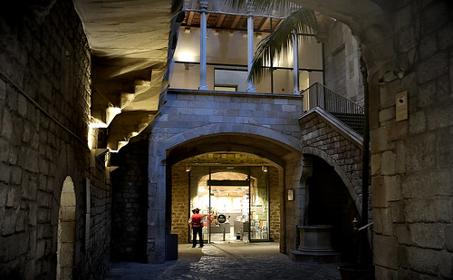 building architecture wall door museo museum museu picasso light stairs arch tree palmtree color colour colores colours colors shadow shadows evening anochecer atardecer night nightview nightshot barcelona outside outdoor