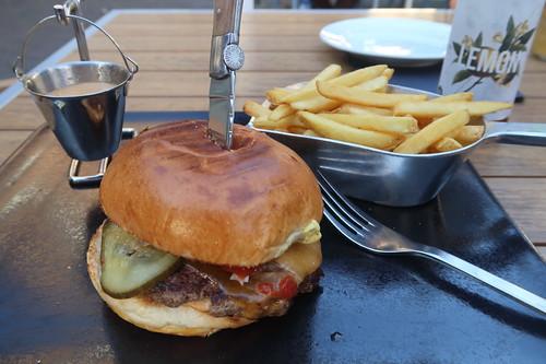 Bissmark's Classico Burger und Bissmark Fries mit Bissmarck-Sauce