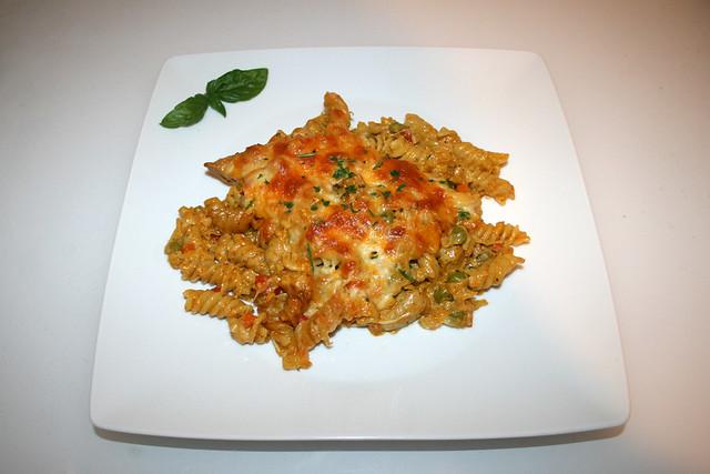 41 - Creamy chicken vegetable pasta bake - Served / Cremiger Hähnchen-Gemüse-Nudelauflauf - Serviert