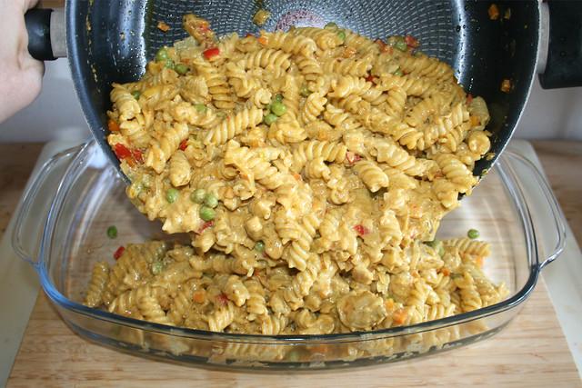 36 - Put noodle mix in casserole / Nudelmischung in Auflaufform geben