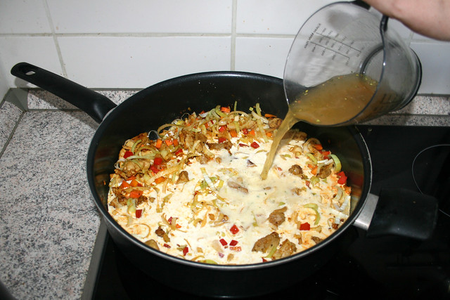 24 - Add vegetable broth / Gemüsebrühe hinzufügen
