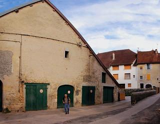 Bâtiment agricole au fond de la place au vin à Orgelet