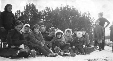 Apprentissage de la luge par les enfants d'Orgelet dans les années 1930