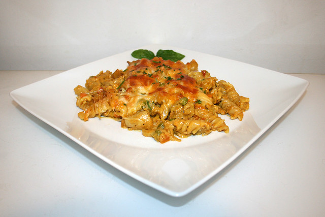 42 - Creamy chicken vegetable pasta bake - Side view / Cremiger Hähnchen-Gemüse-Nudelauflauf  - Seitenansicht