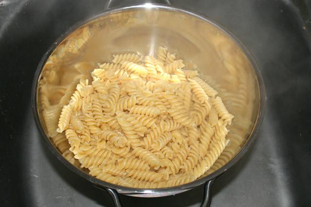 31 - Drain noodles / Nudeln abtropfen lassen