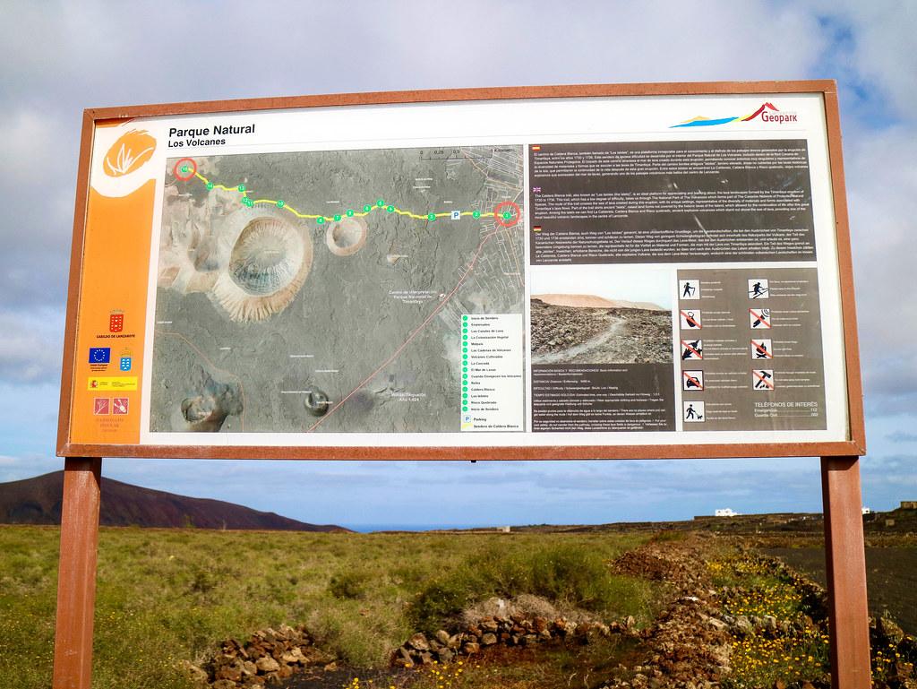 Panel informativo en el sendero hacia Caldera Blanca en Lanzarote