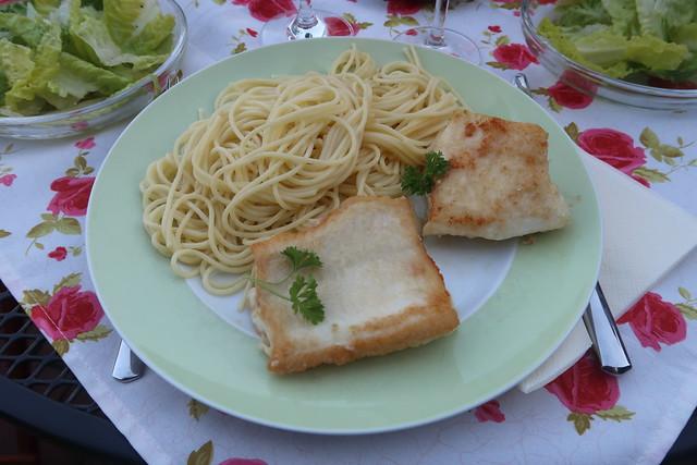 Steinbeißerfilet zu Spaghetti mit in Olivenöl erhitztem Knoblauch und Rosmarin (mein Teller)