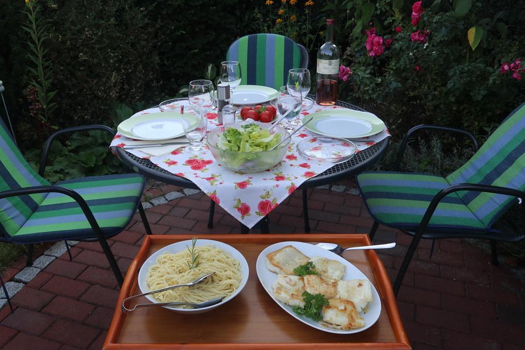 Steinbeißerfilet zu Spaghetti mit in Olivenöl erhitztem Knoblauch und Rosmarin (Tischbild)