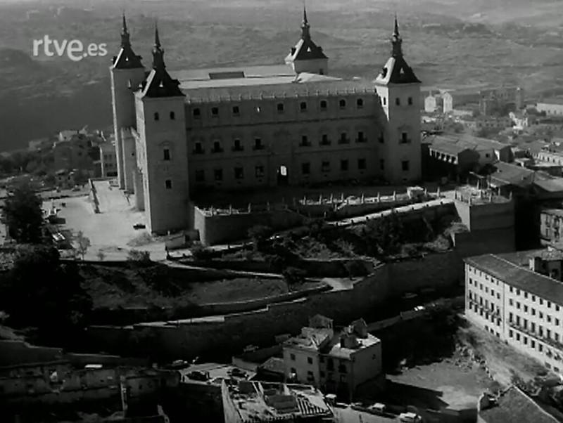 """Solar vaciado y excavado de la Posada de la Sangre hacia 1966. Fotograma del documental """"Elogio y nostalgia de Toledo"""" (1966), obra del cineasta y escritor Jesús Fernández Santos (1926-1988)"""