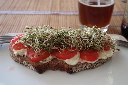Brot mit Frischkäse, Tomaten und Alfalfasprossen