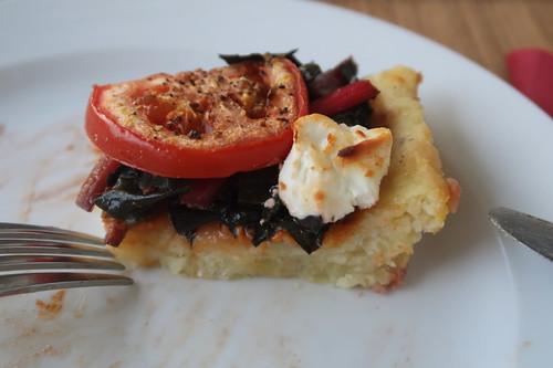 Mangold-Tarte mit Tomaten und Ziegenkäse (angeschnitten)