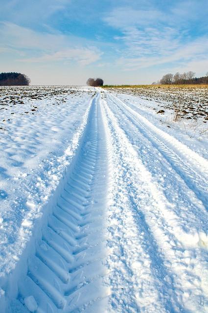 Trackorspuren im Schnee