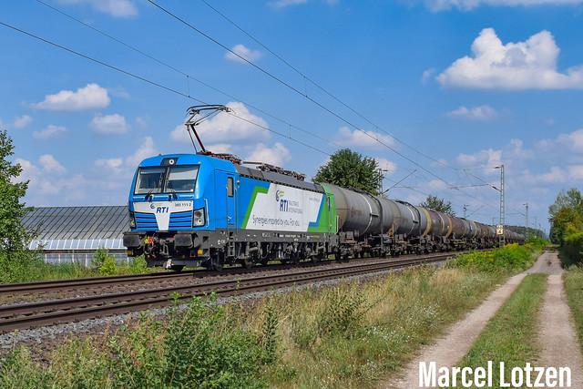 383 111 von RTI mit einem Kesselzug als DGS46190 aus XYBZ zur Fahrt nach EDRH bei der Durchfahrt in FBA