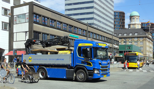 Next Generation Scania P340 CN40652 tipper meets 2nd generation Scania Omnilink in heart of Copenhagen