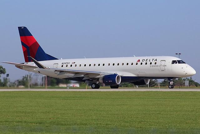 Delta Connection E-175 leaving Milwaukee