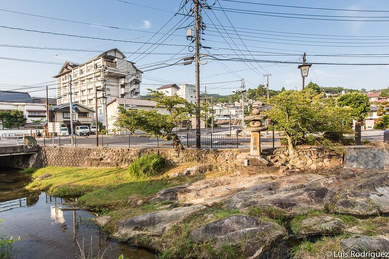Plaza Yuyakushi al otro lado del río