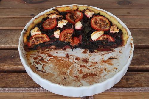 Hälfte der Mangold-Tarte mit Tomaten und Ziegenkäse von zwei Tagen zuvor (aufgebacken)