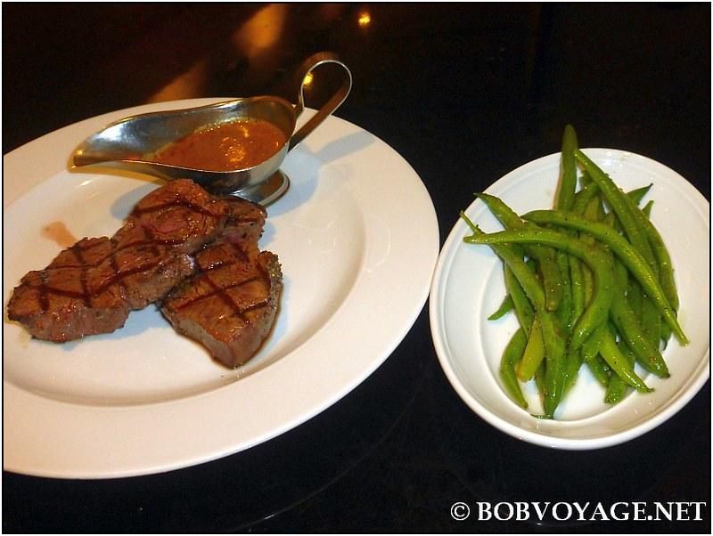 """מדליוני פילה בקר """"Pepper steak"""" שמנת ברנדי פלפל ב-אסתר (Ester)"""