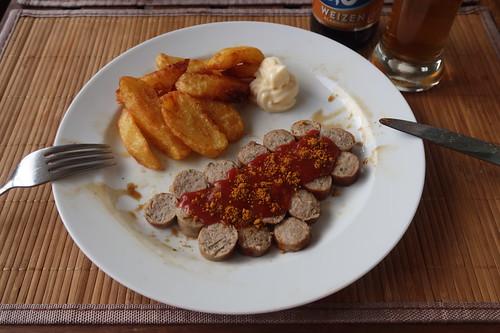 Frittierte Kartoffelspalten mit Mayonnaise zu Currywurst