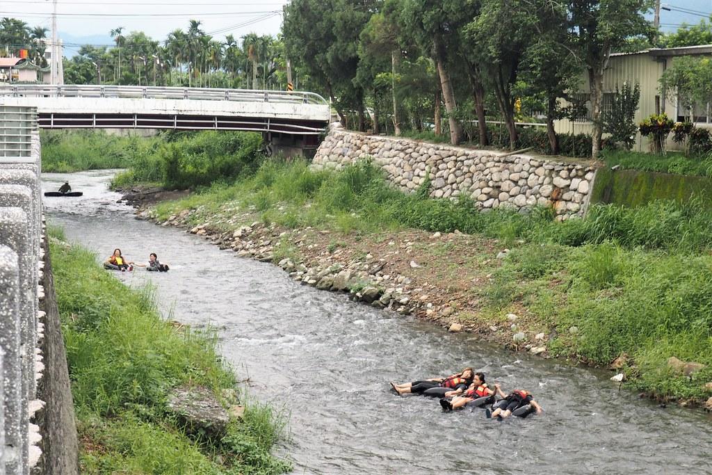 五溝水社區公園內的佳平溪水流平緩,民眾下水玩漂漂河。攝影:李育琴