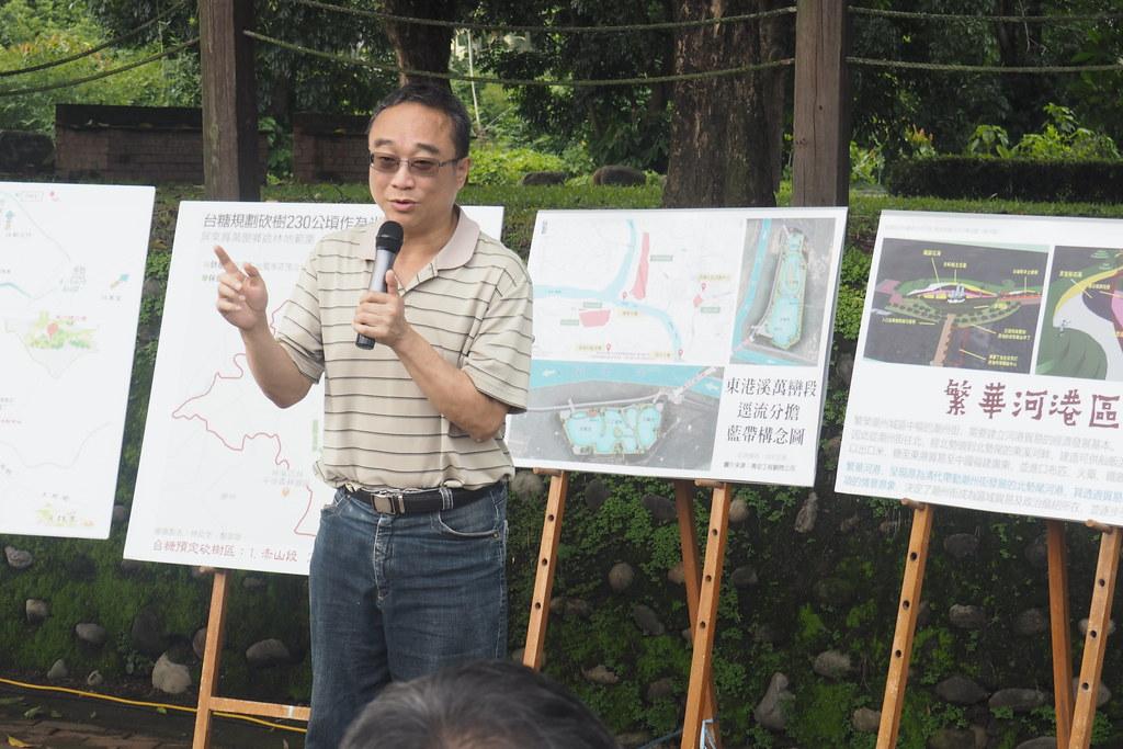 藍色東港溪保育協會理事周克任說,要把畜牧廢水改善,鄉鎮公所玩真的!攝影:李育琴