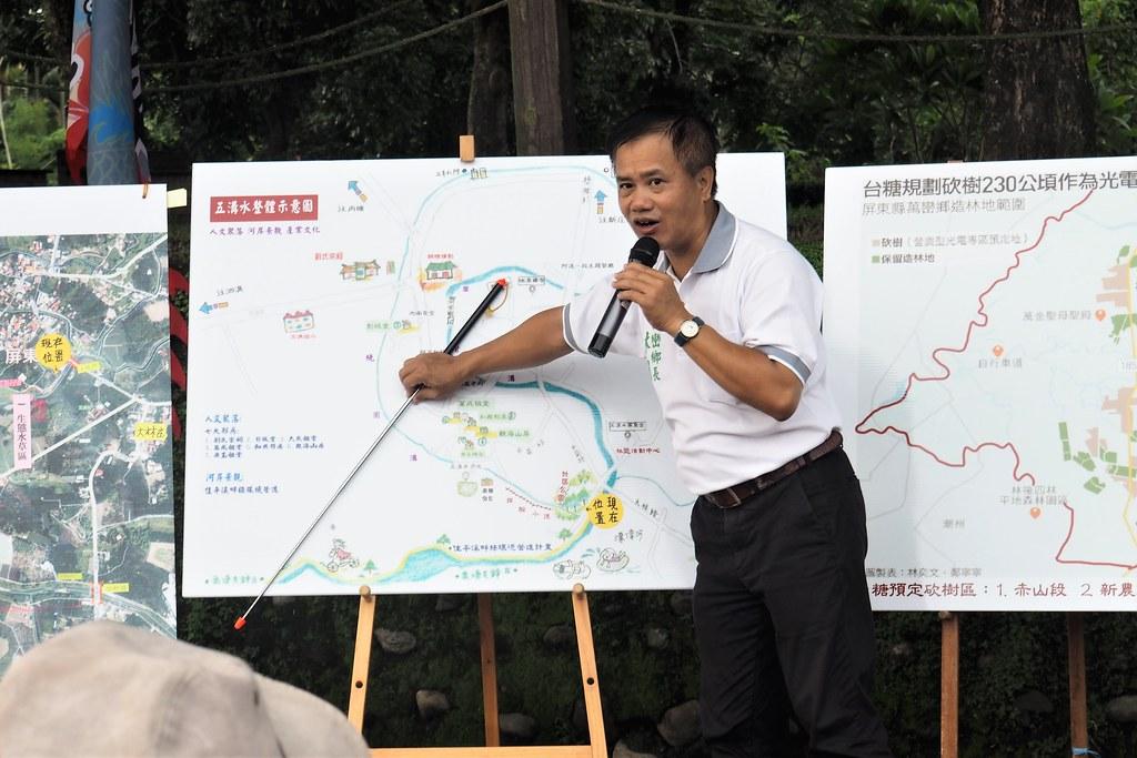 萬巒鄉長林國順在五溝說明佳平溪水岸發展願景。攝影:李育琴