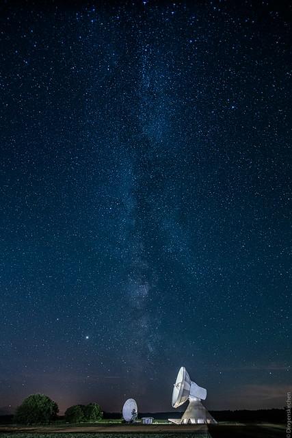 Schüssel unter Milchstraße