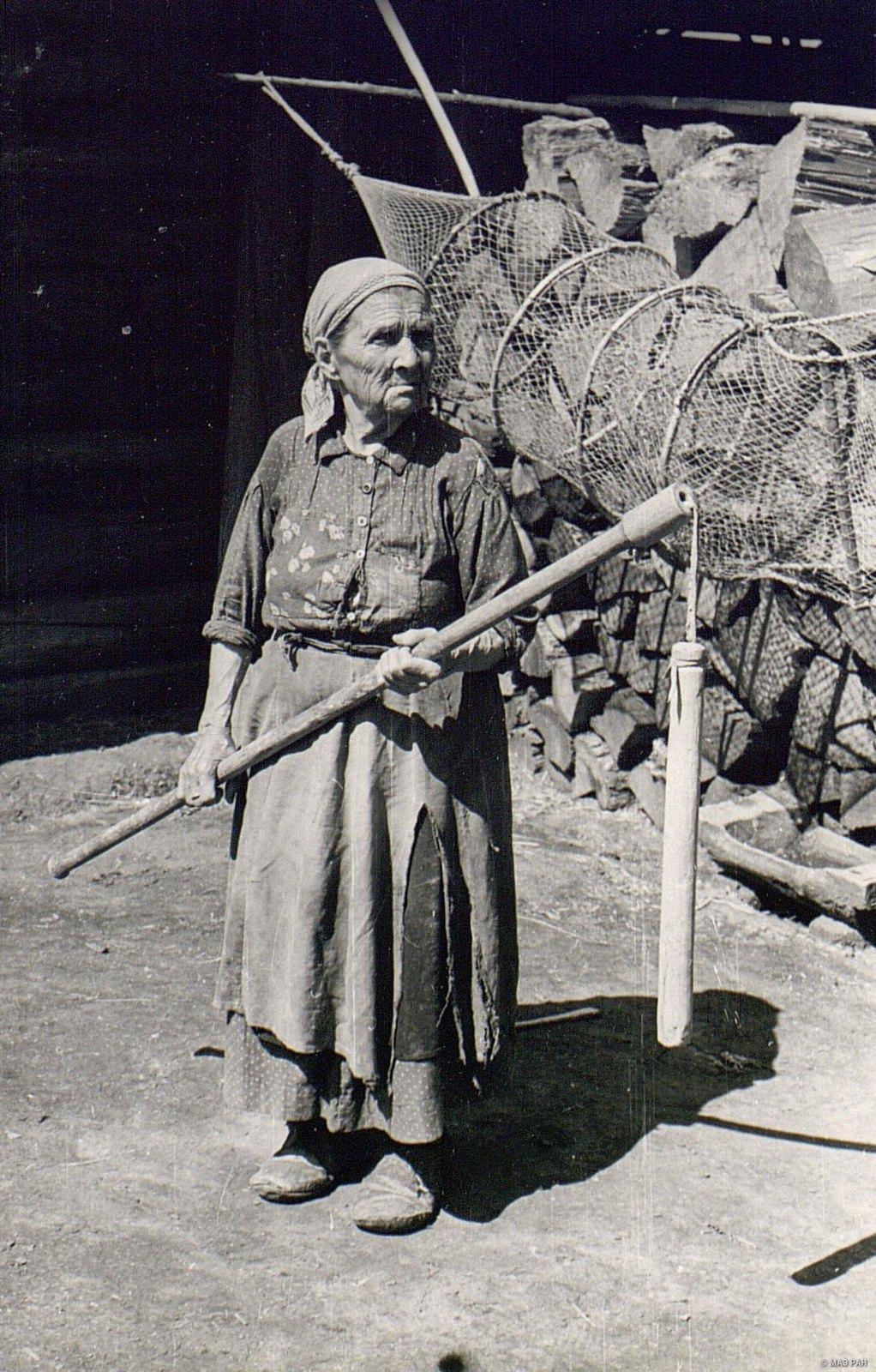 Женщина с «молотилом», на заднем плане рыболовная снасть - «фитиль»