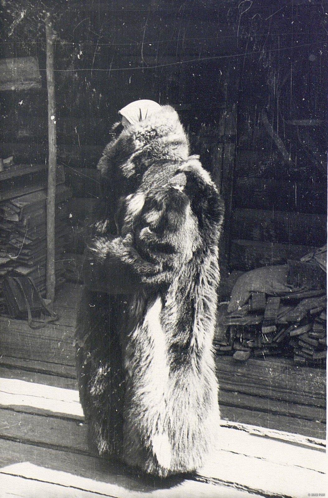 Женщина в зимней меховой одежде «дохе» (вид сбоку)