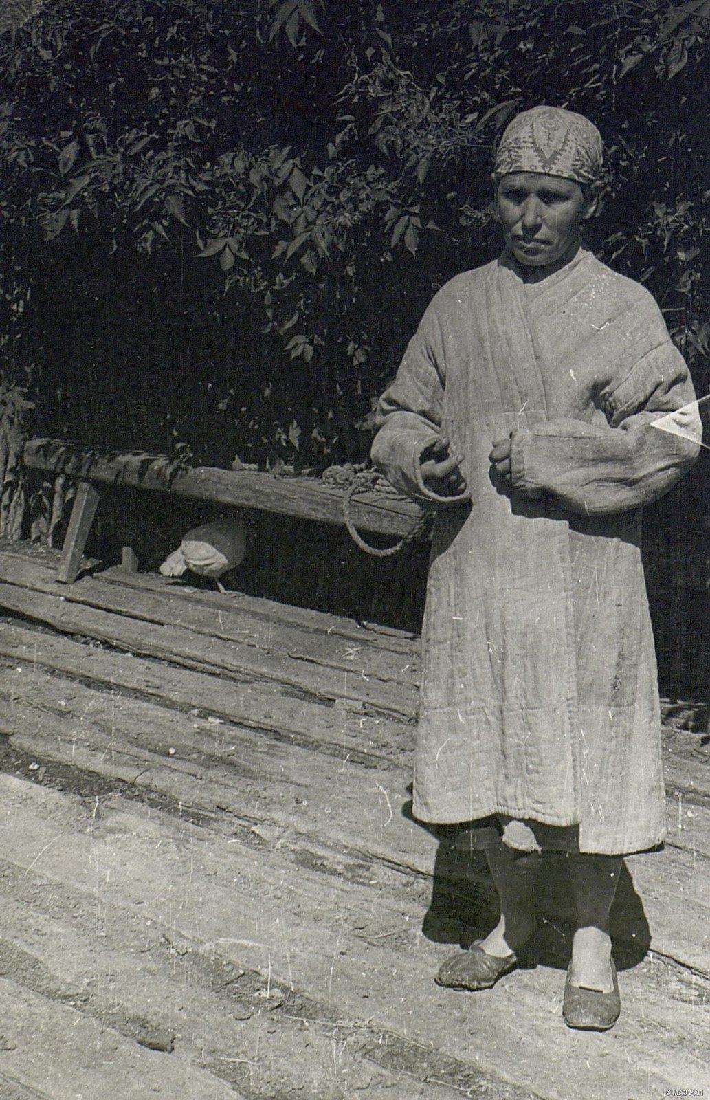 Женщина в домотканной одежде (вид спереди)
