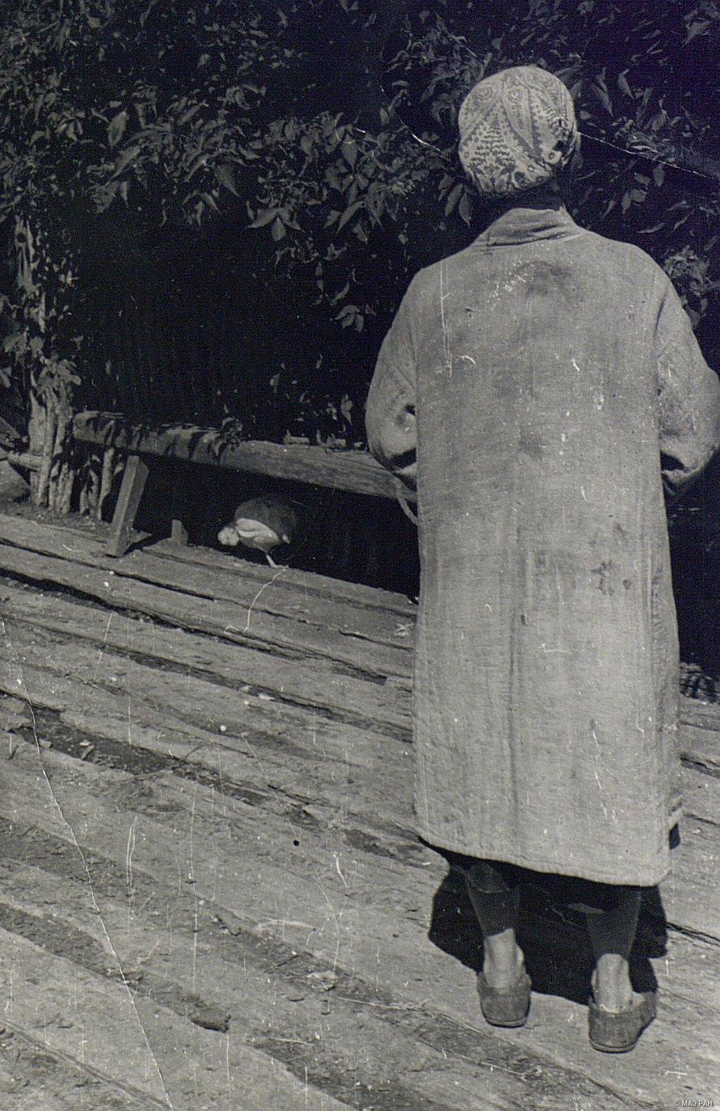 Женщина в домотканной одежде (вид сзади)