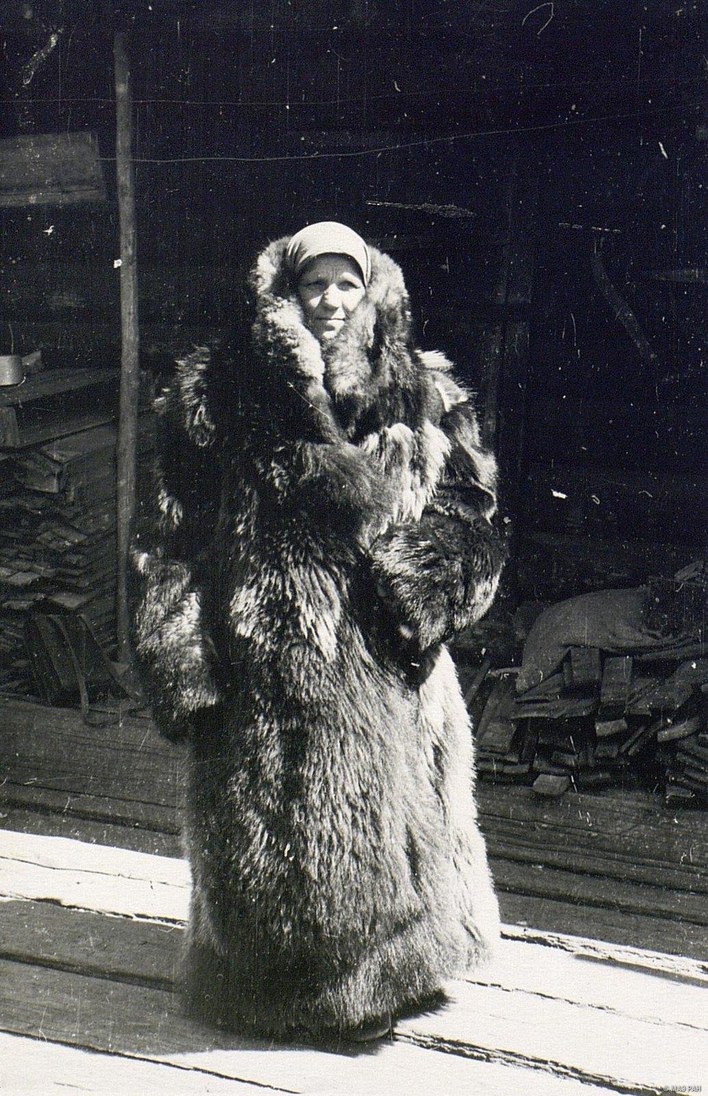 Женщина в зимней меховой одежде «дохе» (вид спереди)