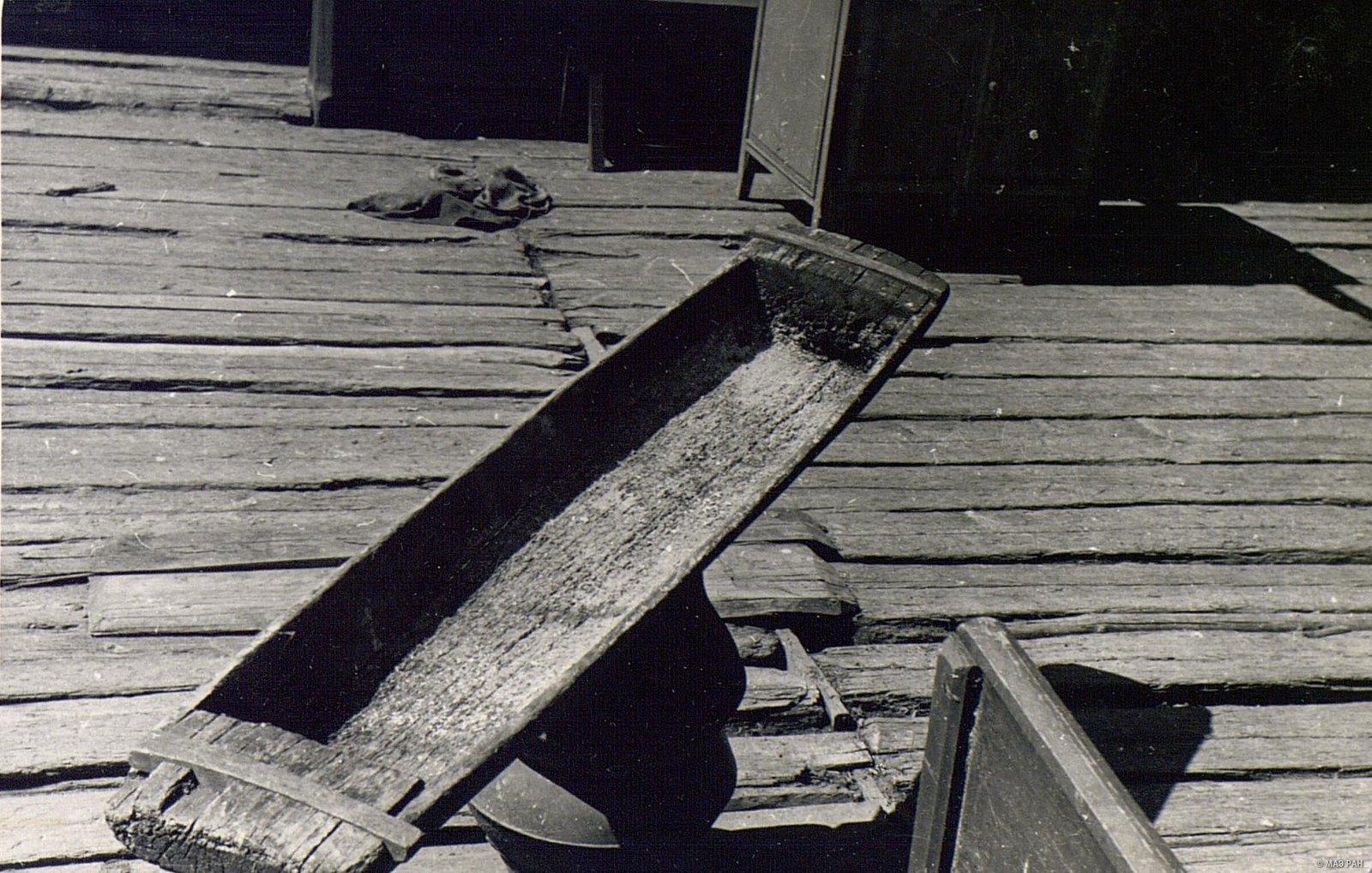 Долбленое деревянное корыто для стирки белья
