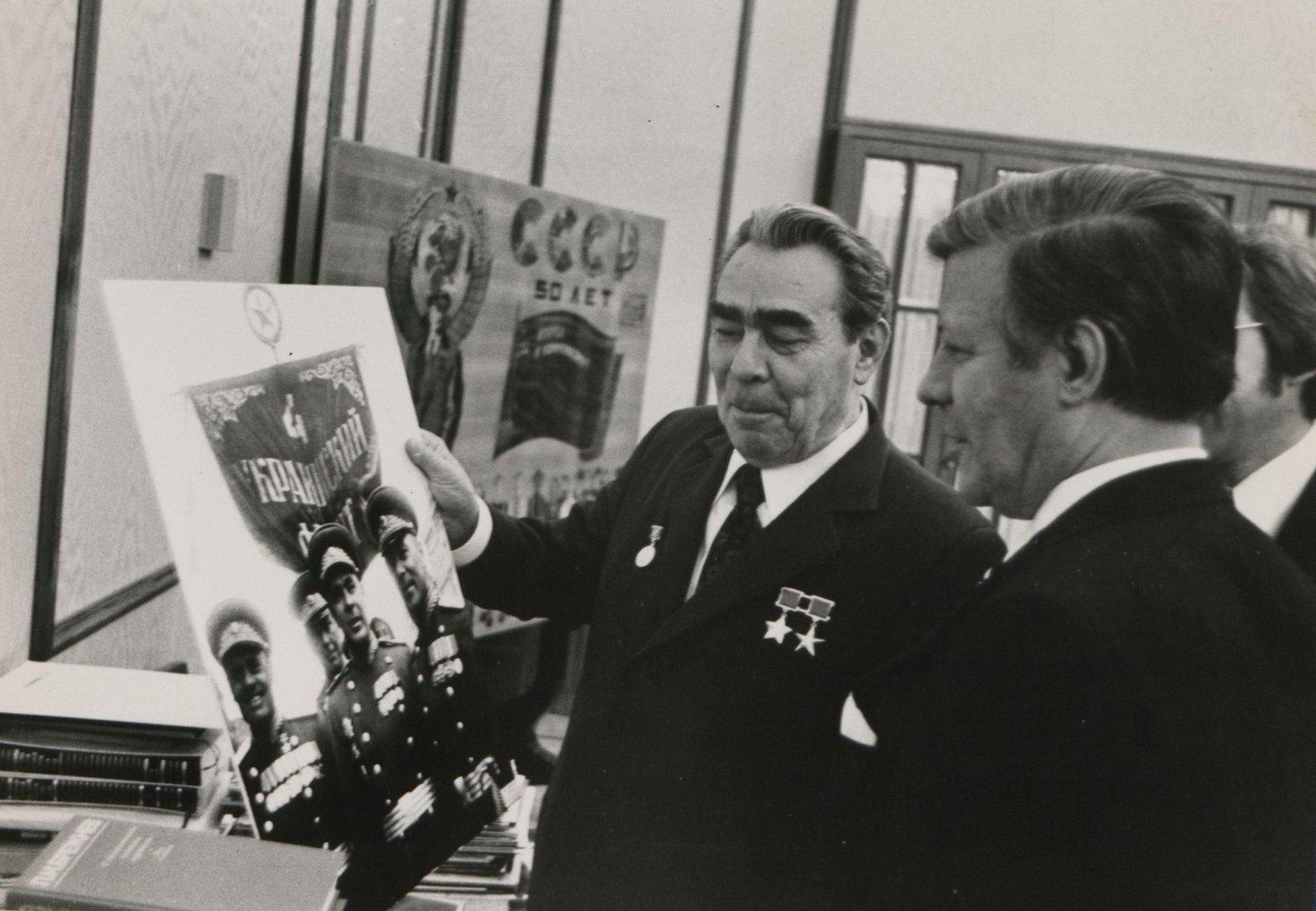07. Л.И. Брежнев показывает фотографию Я. Халипа, изображающей группу командиров 4-го Украинского фронта гостям. 1975