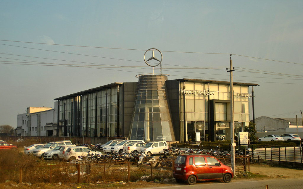 Mercedes-Benz di Karnal