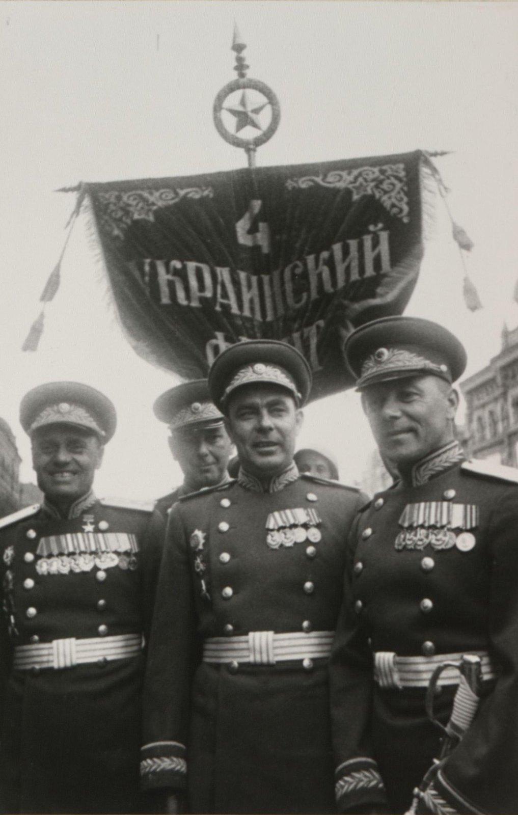 01. Группа командиров 4-го Украинского фронта на Параде Победы. 24 июня 1945