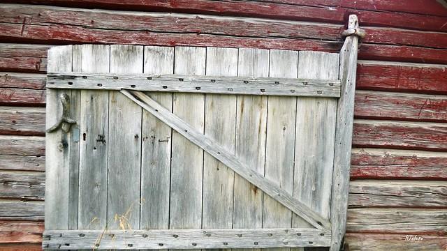 Båthusdörr över hundra år gammal / The boathouse door is more than 100 years old