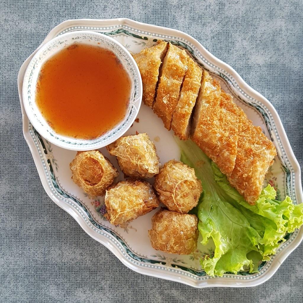 หอยจ๊อ และ แฮ่กึ่น - Deep Fried crab meat roll