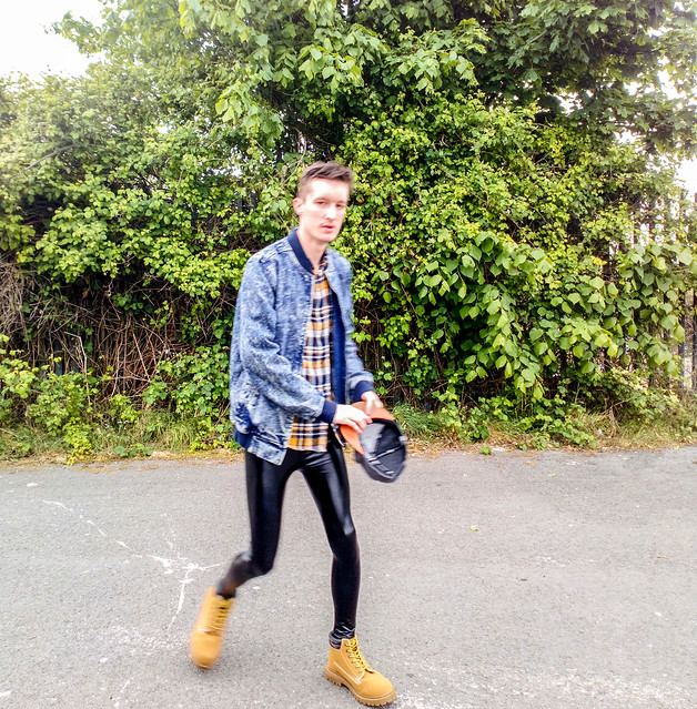 Street Style Outfits: Snapback, Flannel, Leggings & Converse