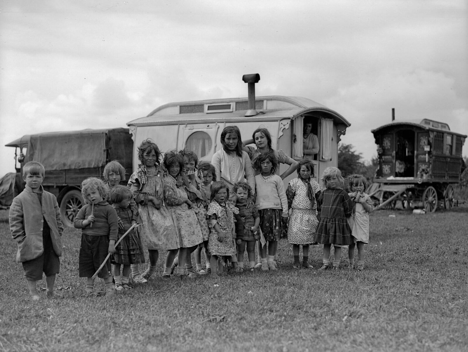 1931. Цыганские дети возле каравана на холмах Эпсома.  2 июня