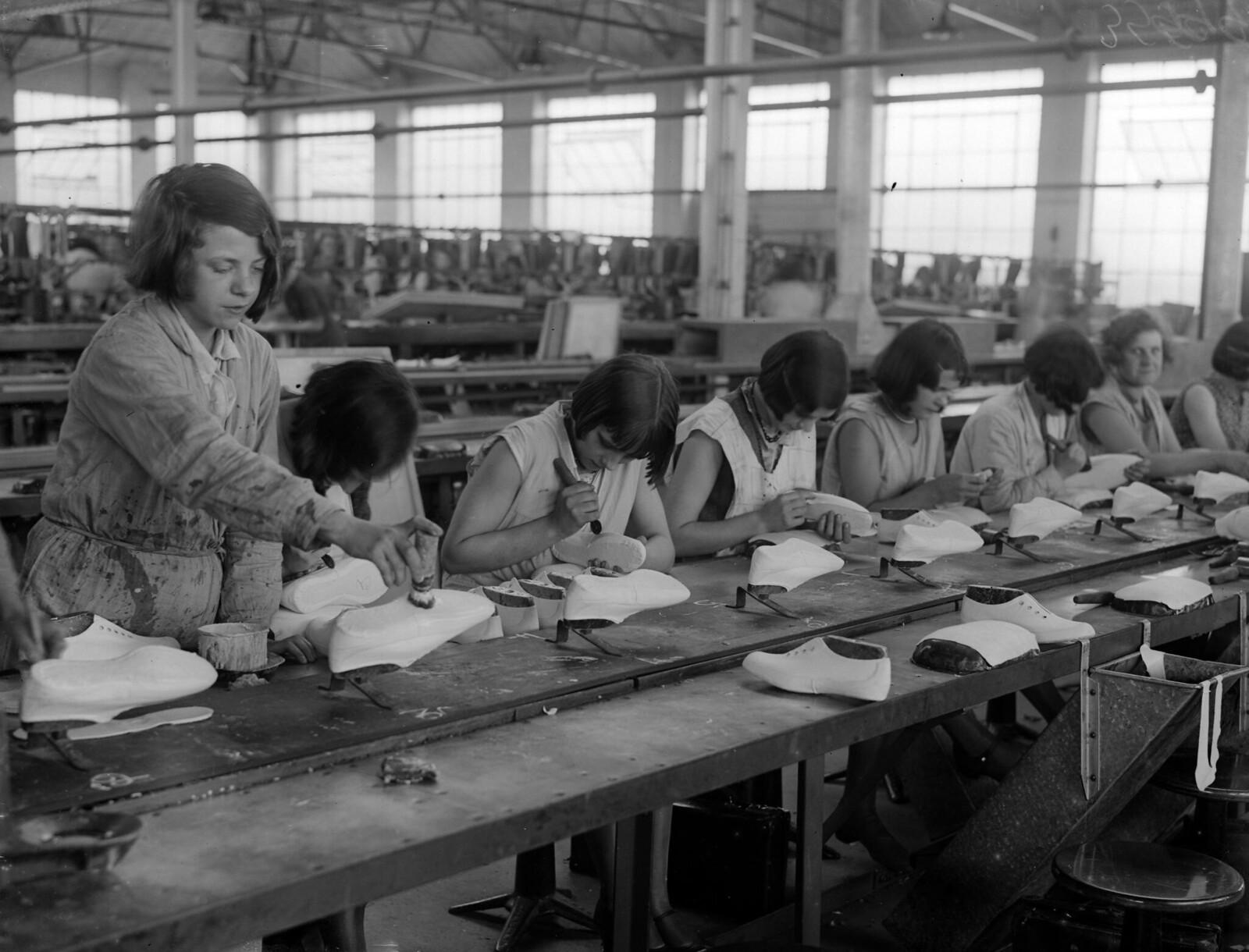 1931. Производственная линия на фабрике резиновой обуви Dunlop в Ливерпуле. 20 октября