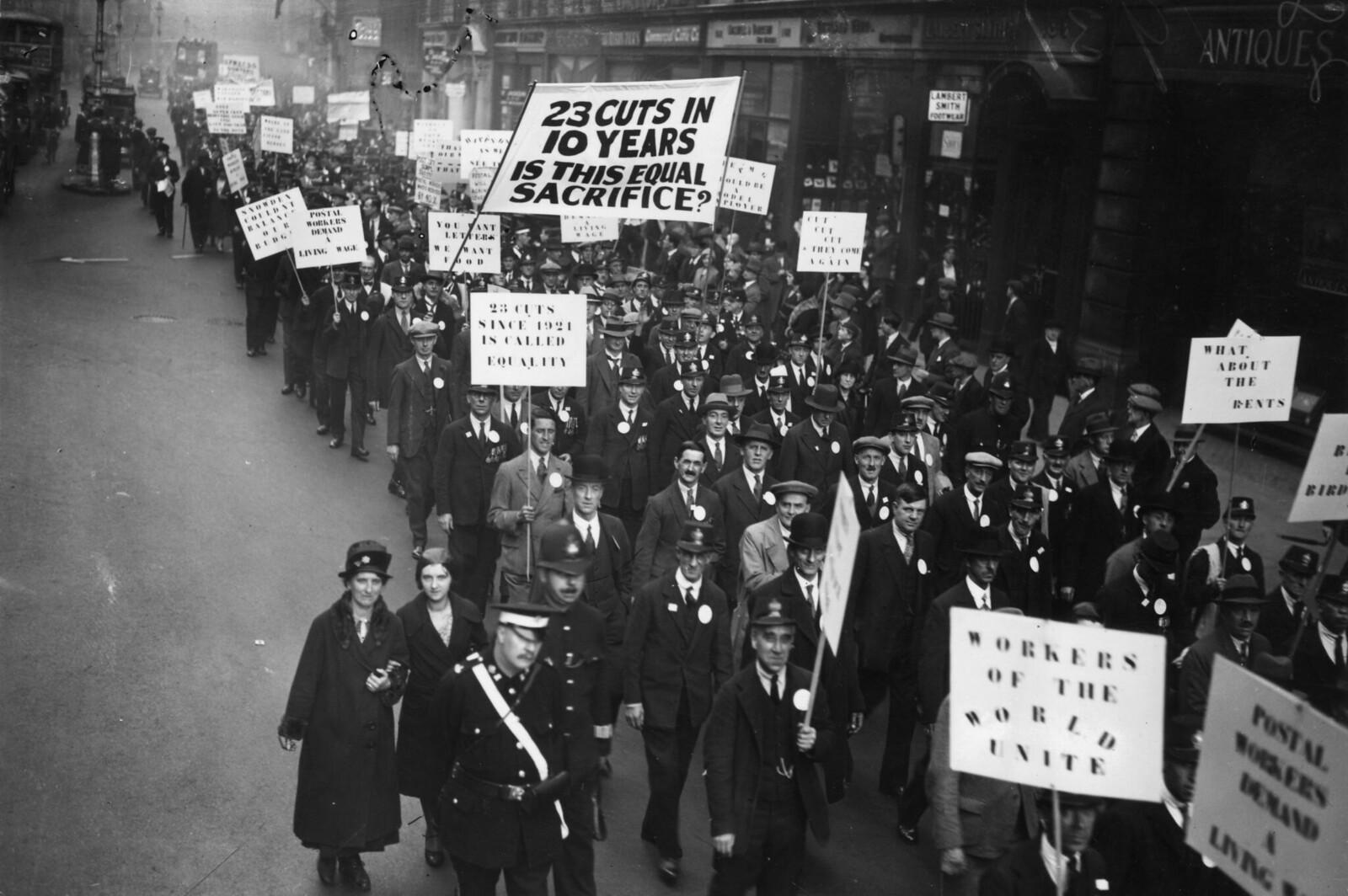1931. Госслужащие проходят маршем по Лондону в знак протеста против сокращения заработной платы и ухудшения условий труда. 12 октября